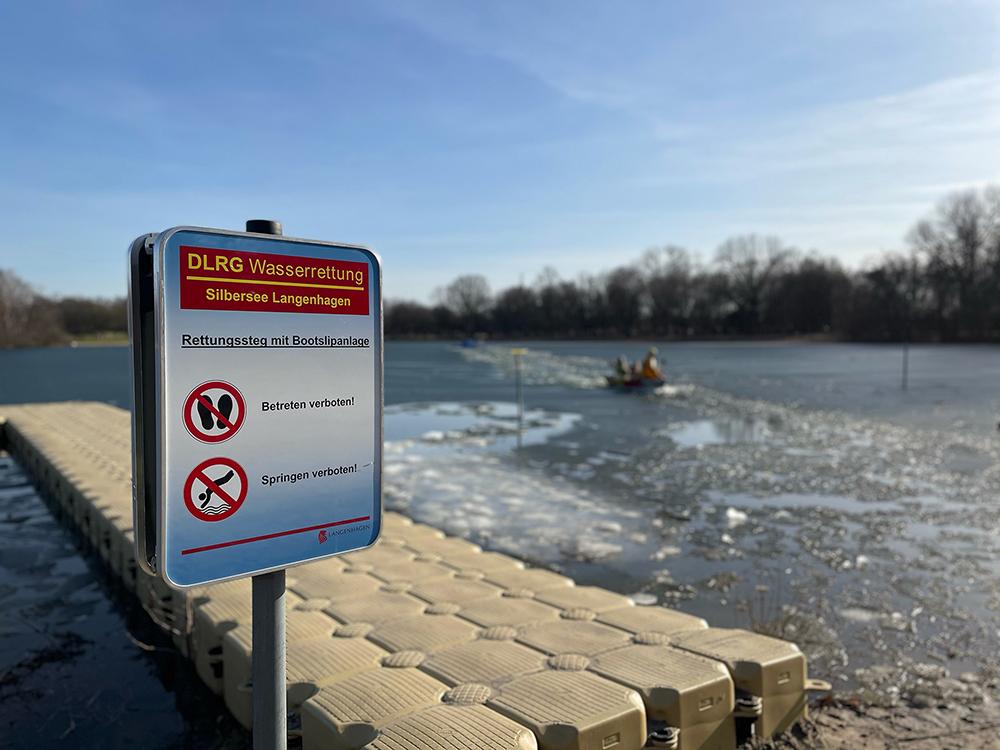 Frau und Hund im Eis eingebrochen